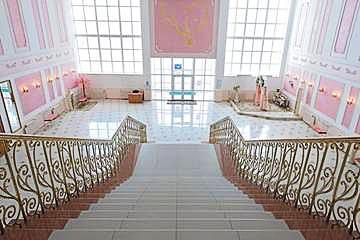 Фото Нарофоминского ЗАГСа внутри. Парадная лестница.